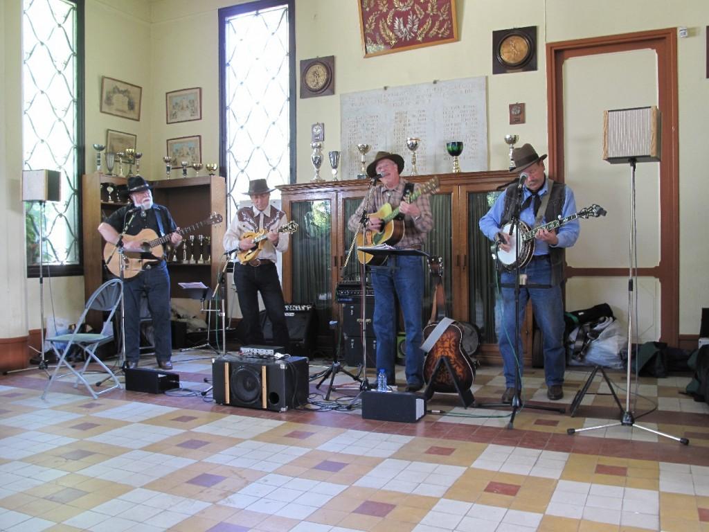 Le « Paris Western Show », c'est aussi une animation musicale assurée par un traditionnel groupe de Country. Cette année, les musiciens de la formation « Les Westerners » étaient quatre : Silas (Jean-Pierre Izabelle - chant, guitare), Jack (Jacques Rouablé - banjo, dobro), Fred (Frédéric Hamel - mandoline) et Le Trappeur (Dominique Naudin - basse).