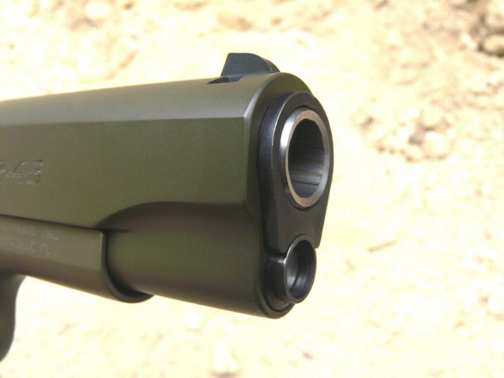 Son canon coulisse à l'intérieur d'une bague de centrage (bushing) semblable à celle du Colt .45, tandis que le ressort récupérateur, situé juste en dessous, est guidé par une tige allongée qui traverse son bouchon de retenue.