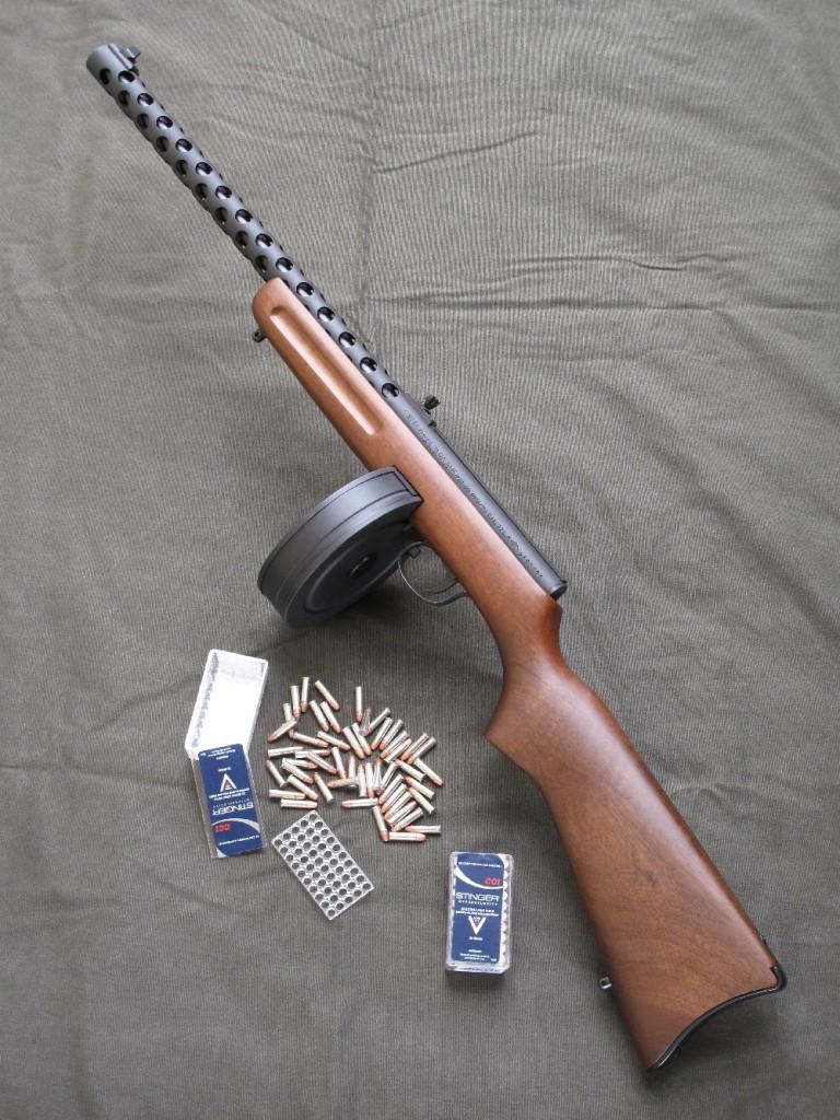 Cette étonnante carabine de petit calibre à percussion annulaire, dont l'aspect militaire rappelle celui des pistolets mitrailleurs russes PPD 34/38, PPD 40 et PPSh 41, symboles du « patriote » soviétique de la Deuxième Guerre mondiale, fonctionne en mode semi-automatique au moyen d'un chargeur à tambour de 50 coups.