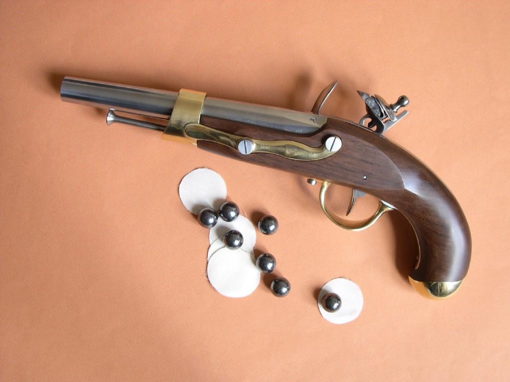 Cette très belle reproduction d'un pistolet réglementaire français utilisé durant les conquêtes du Premier empire se révèle particulièrement décorative, par l'élégance de sa silhouette et les contrastes que présentent entre elles les parties en métal blanc (acier), en métal jaune (laiton) et en bois richement veiné (noyer).
