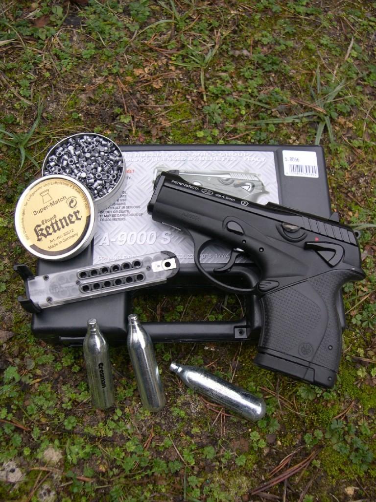Non seulement cette version ludique, en calibre 4,5 mm à CO2, du pistolet ultra compact Beretta 9000 S fabriquée par la firme russe Anics reprend de façon rigoureuse l'aspect et les dimensions du modèle original en gros calibre, mais encore offre-t-elle la même qualité de finition et les mêmes fonctionnalités des divers leviers de commande. Elle se démarque des modèles à barillet interne en offrant, grâce à son ingénieux système de chargeur à chaîne, une capacité nettement accrue (22 coups) ainsi qu'une plus grande souplesse d'utilisation des différentes sortes de projectiles de calibre 4,5 mm.