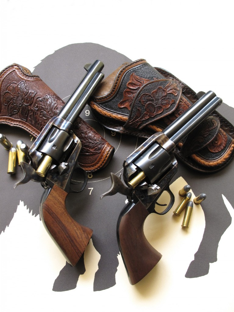 Le modèle à canon de 4 pouces ¾ (la plus faible longueur compatible avec la conservation de la baguette d'éjection) chambré en calibre .357 Magnum se révèle particulièrement maniable, tandis que celui à canon de 5 pouces ½ chambré en calibre .45 Long Colt est conforme au Colt Peacemaker utilisé sur la « Frontier » dans les dernières années de la conquête de l'Ouest. Ces deux revolvers sont accompagnés de holsters «Old West», en cuir ciselé.