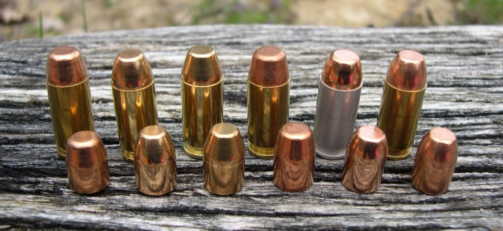 Les diverses munitions manufacturées, de calibre .40 S&W, que nous avons utilisées pour ce banc d'essai (de gauche à droite) : Winchester Super-X 155 gr FMJ Match ; Winchester USA 180 gr FMJ Target ; Sellier & Bellot 180 gr FMJ ; UMC Remington 180 gr FMJ ; CCI Blazer 180 gr FMJ ; Speer Lawman 180 gr TMJ.