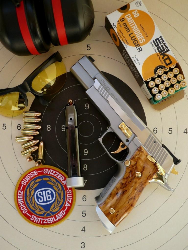 Construit sur la base du Sig-Sauer P226 Sport, le X-Six « Scandic » se démarque par l'allongement des trois pièces maîtresses carcasse/culasse/canon et par leur ajustage au centième de millimètre par le Mastershop, le département custom de la firme Sig-Sauer, ce qui fait de ce pistolet un modèle d'exception dont la précision en cible est admirable.