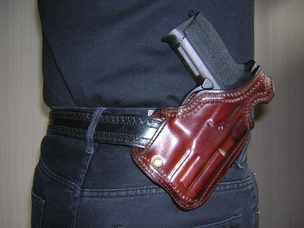 Le SIG SPC-2009 est placé ici dans un holster « Shadow » fabriqué en France par « La Sellerie du Thymerais » : cuir épais mis en forme et cousu à la main, penté « FBI », vis de rétention, bride de sûreté de type « Rear Sight Protector ».