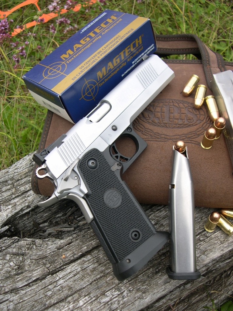 Le pistolet SPS Plus se présente comme une copie du Colt 1911-A1 dotée d'une carcasse composite acier-polymère accueillant un chargeur à grande capacité (12 cartouches de calibre .45 ACP. Il est accompagné ici de sa housse de transport en cuir et d'une boîte de munitions brésiliennes Magtech, qui nous ont agréablement surpris par leur remarquable précision en cible.