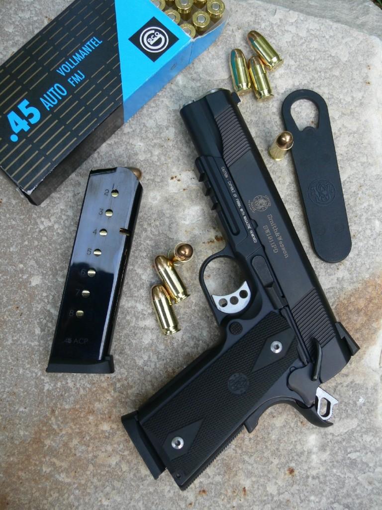 Smith & Wesson a élaboré spécialement cette copie moderne du Colt 1911-A1 dans le but d'en faire une arme de défense à l'intention des citoyens américains, d'où le suffixe PD, pour « Personal Defense », qui suit la dénomination 1911. Mais ce modèle léger et bien équipé, qui bénéficie d'une précision en cible de tout premier ordre, devrait logiquement séduire, dans notre pays, les tireurs sportifs.