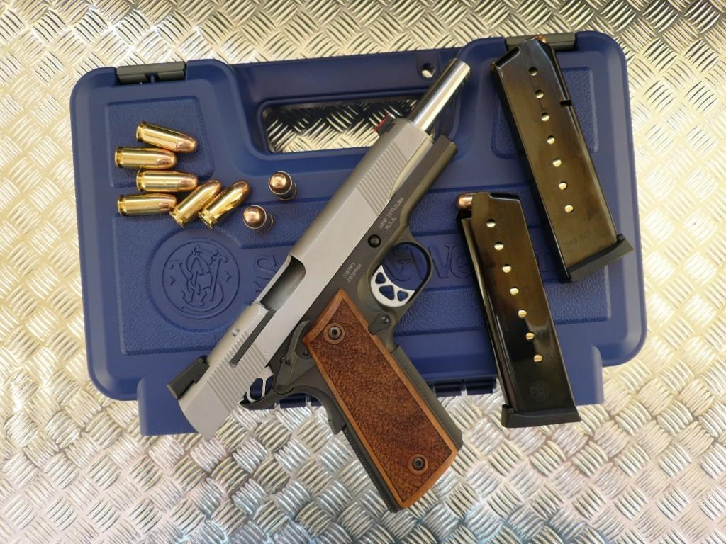 Le S&W « Pro Series » se démarque de la large gamme de pistolets semi-automatiques dérivés de l'indémodable Colt 1911 A1 en raison de sa fabrication en acier inoxydable, de son élégante finition bicolore et de ses éléments de visée qui font appel à la fibre optique, non seulement pour le guidon, mais encore pour la hausse, sous la forme d'une aide à la visée par alignement de trois points.