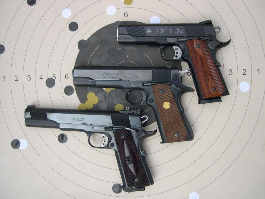 Cette vue comparative permet de bien visualiser la longueur totale de ce S&W 1911 Sc à canon court de 4 pouces ¼ (au-dessus) par rapport à un Colt Government « MK IV series 70 » à canon standard de 5 pouces (au centre) et un Les Baer « Custom » à canon long de 6 pouces (en dessous).