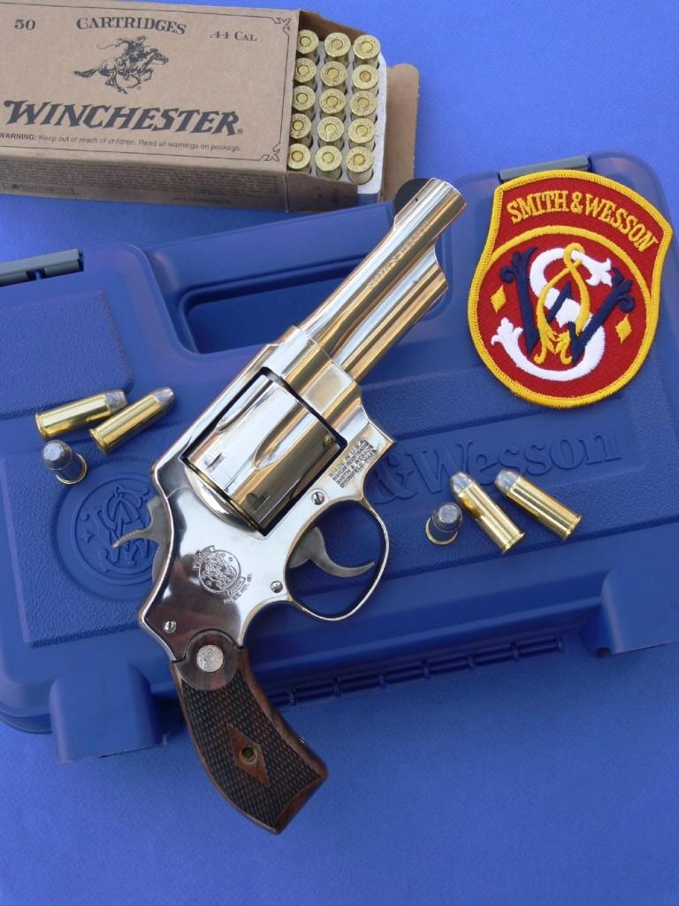 Ce modèle 21-4 « Classic » de fabrication moderne reprend les caractéristiques du « .44 Military Hand Ejector » de 1950, qui deviendra « modèle 21 » en 1957, année à partir de laquelle le fabricant attribue un numéro d'identification à chacun de ses modèles. Le « .44 Military Hand Ejector » était lui-même le descendant direct de toute une lignée de revolvers de service chambrés en calibre .44 Special et munis d'éléments de visée fixes, lignée qui prend naissance au début du XXème siècle avec les modèles « Triple Lock » de 1907 et « New Century » de 1908.