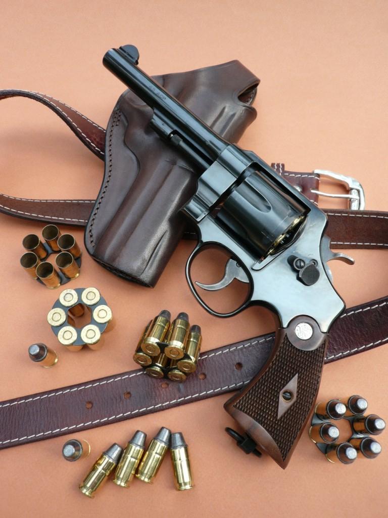 Avec sa série « Classic », Smith & Wesson a réintroduit dans son catalogue plusieurs de ses anciens modèles prestigieux, en les adaptant aux sévères normes de sécurité actuelles, tout en leur préservant une apparence proche du modèle original. C'est le cas de ce « modèle de 1917 », qui présente des caractéristiques esthétiques aujourd'hui disparues sur les revolvers modernes. Il est accompagné de ses clips de chargement, garnis de cartouches de calibre .45 ACP.