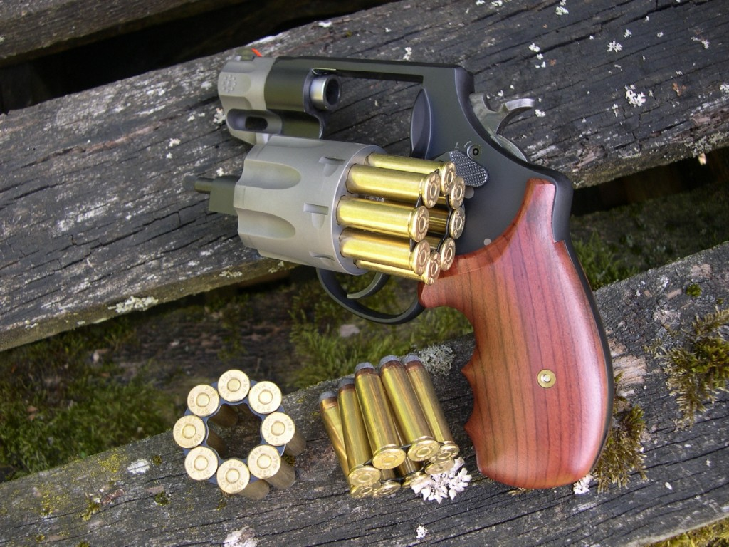 Son barillet de huit coups procure au S&W 327 Sc/Ti une capacité comparable à celle d'un pistolet semi-automatique à chargeur simple pile comme le Colt modèle 1911 A1. Le réapprovisionnement peut être effectué de façon rapide au moyen de clips en étoile à 8 branches ; trois clips sont fournis avec l'arme, ce qui lui procure une autonomie de 24 coups.