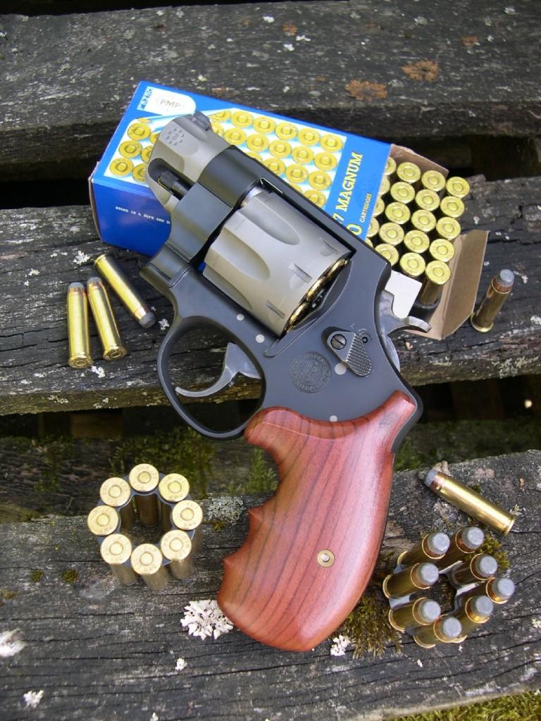 Avec sa grosse carcasse de calibre .44 abritant un barillet à 8 coups chambré pour la puissante cartouche de calibre .357 Magnum et son minuscule canon de 2 pouces, ce revolver de défense est incontestablement original, d'autant plus que sa construction fait appel aux métaux high-tech issus de la conquête spatiale : le titane et le scandium.
