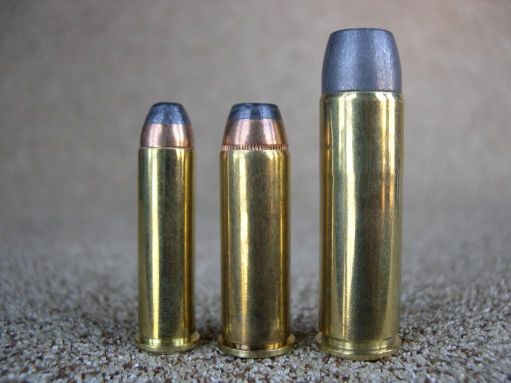 Comparaison, de gauche à droite, entre les puissantes cartouches de calibre .357 Magnum, .44 Magnum et .500 Magnum. On notera le vigoureux sertissage des projectiles, rendu nécessaire afin d'éviter qu'ils ne sortent de la douille sous l'effet du violent recul engendré.