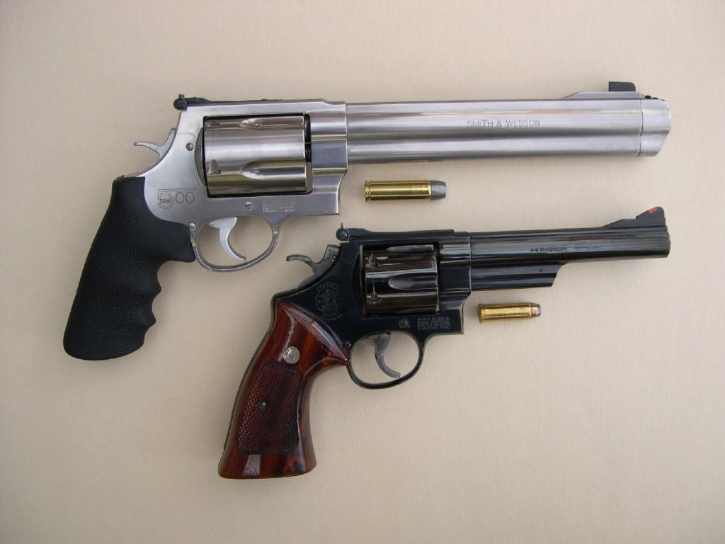 Cette photo comparative permet de constater combien le gros modèle 29 à canon de 6 pouces (l'arme de Clint Eastwood, alias l'inspecteur Harry Callahan), qui a fait rêver toute une génération de tireurs, paraît petit lorsqu'il est comparé au modèle 500. Il en va de même pour leurs cartouches respectives, .44 Magnum et .500 Magnum.