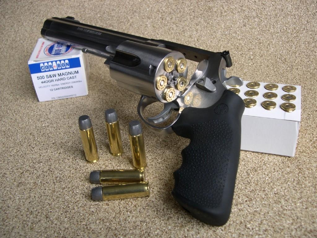 Afin de reprendre l'avantage face à ses concurrents directs Ruger (.480 Ruger) et Taurus (.454 Casull), la firme Smith & Wesson lance en 2003, conjointement avec le Manufacturier Cor-Bon, une nouvelle munition de calibre 12,7 mm, baptisée .500 S&W Magnum et un énorme revolver capable de la tirer.