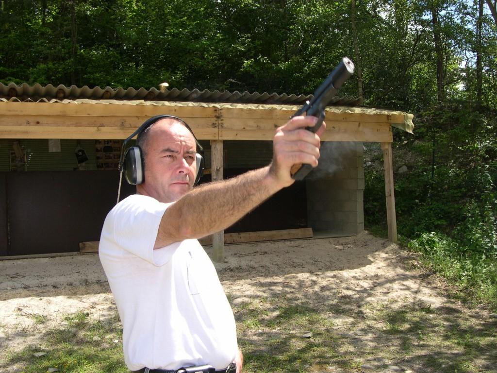 Très bien équilibré et suffisamment lourd pour être parfaitement stable, ce pistolet se révèle particulièrement bien adapté pour le tir à bras franc tel qu'il est pratiqué par la grande majorité des tireurs sportifs.