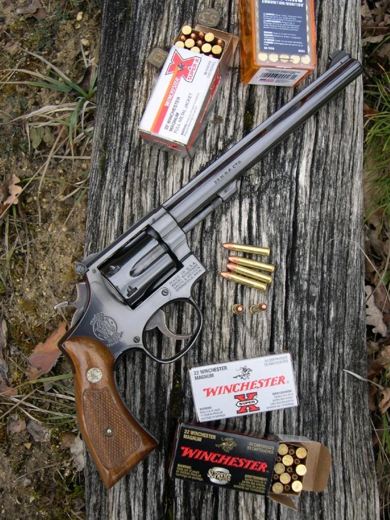 Le modèle 48, fabriqué par Smith & Wesson de 1959 à 1986, constitue une version bien à part dans la série des K-22 Masterpiece puisqu'il est le seul à chambrer la .22 Magnum, la plus puissante des cartouches de calibre .22 à percussion annulaire. Le revolver que nous vous présentons ce mois-ci, qui n'est plus commercialisé par Smith & Wesson, fait partie des armes que l'on peut acquérir d'occasion, au hasard des dépôts-ventes ou des reprises que font les armuriers auprès de leurs clients. Ce qui permet, parfois, de dénicher de « bonnes affaires ».