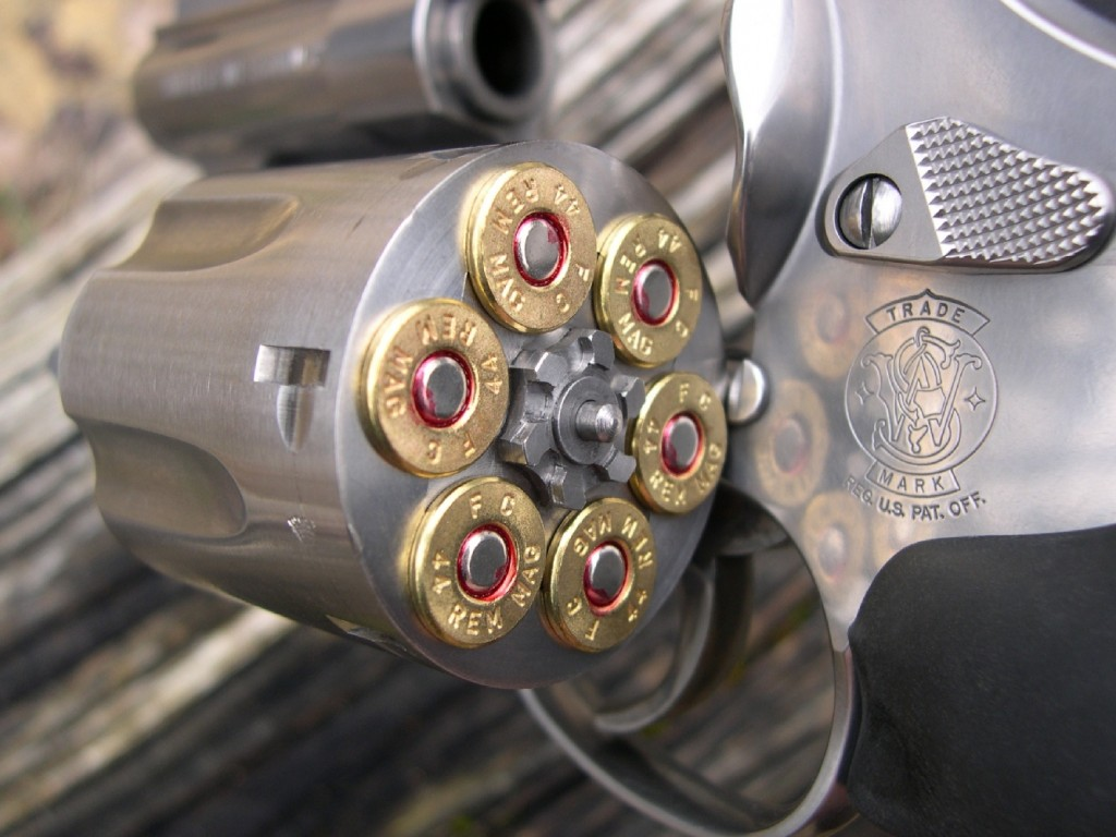 Le revolver S&W Trail Boss est doté d'un barillet basculant à extracteur collectif dont les chambres accueillent six grosses cartouches de calibre .44 Magnum.