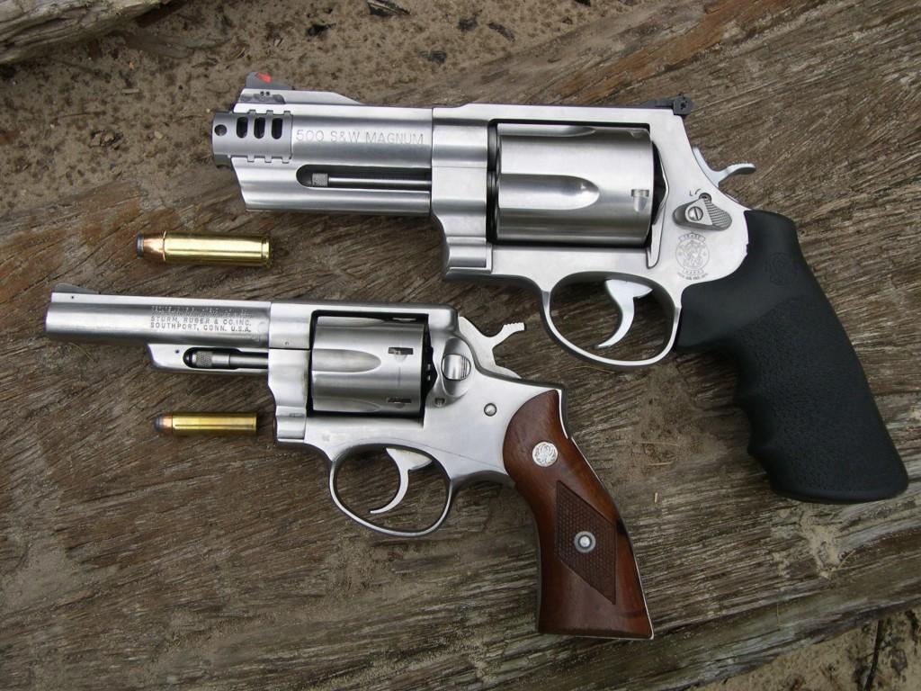 Cette photo comparative permet de constater l'évolution des formes et de la puissance : ce Ruger Security-Six de calibre .357 Magnum, arme puissante pour son époque, paraît aujourd'hui fluet à côté de l'actuel Smith & Wesson modèle 500.