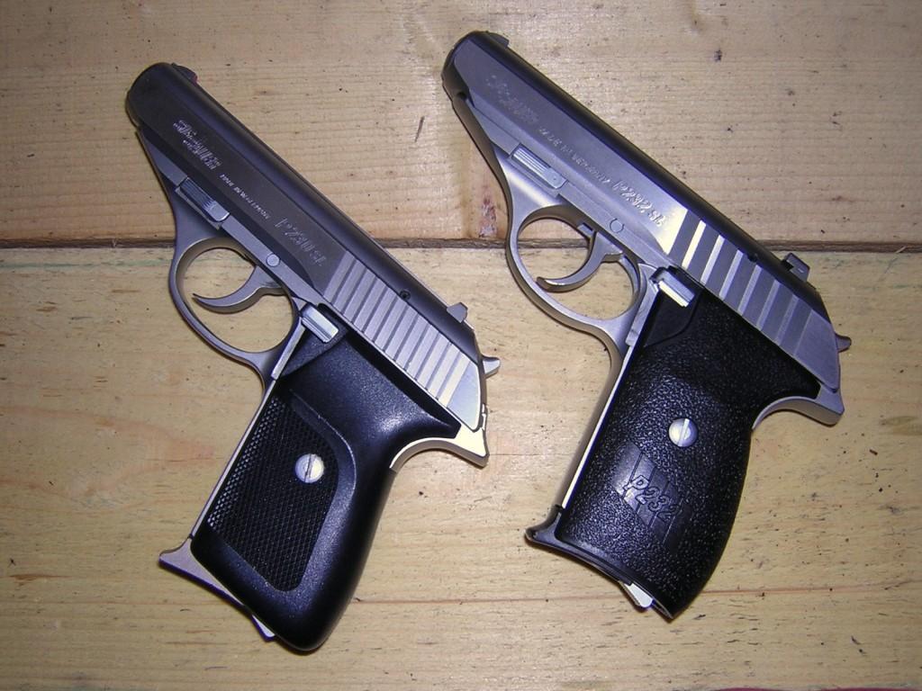 Le petit SIG P232, qui s'inspire très ouvertement du Walther PP, bénéficie dans sa version SL d'une fabrication en acier inoxydable le mettant à l'abri de la corrosion. Cette comparaison avec l'ancien modèle P230 SL (à gauche) permet de constater que les différences se cantonnent au niveau du détail : plaquettes, hausse, rainures de la culasse…