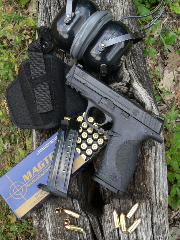 Léger, ergonomique et précis, le nouveau pistolet Smith & Wesson se montre d'emblée très séduisant mais, à y regarder de plus près, il présente un ensemble de caractéristiques tellement proches de celles du Glock 17 que les comparaisons sont inévitables. Il est accompagné ici d'une boîte de cartouches manufacturées par la maison brésilienne MAGTECH et d'un holster de ceinture polyvalent, en Cordura, commercialisé par la firme italienne Radar.