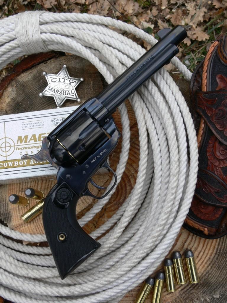 Le revolver Taurus « Gaucho », qui se présente comme une copie du Colt Single Action Army 1873 dans sa version « Peacemaker » chambrée en calibre .45 Long Colt, se démarque par sa fabrication traditionnelle en acier au carbone revêtu d'un bronzage chimique bleu-noir, sa finition soignée et son prix de vente compétitif.