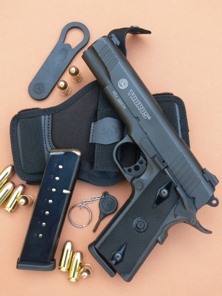Entièrement fabriqué en acier, le pistolet Taurus PT 1911B se présente comme une attractive copie du modèle militaire de la seconde Guerre Mondiale, tout en bénéficiant des améliorations souhaitées sur les armes modernes : double rainurage de la culasse à glissière, tige-guide longue, sûreté ambidextre, pédale de sécurité au busc allongé, chargeur 8 coups, éléments de visée de type combat. Il est ici accompagné de son chargeur de rechange, de sa clé de démontage, d'une clé spéciale permettant de condamner son mécanisme et d'un holster en cordura « Slimdraw universel ambidextre » fabriqué par la maison GK Professional.