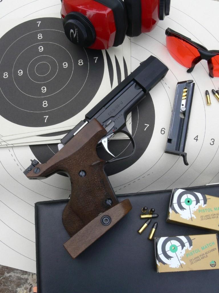 Véritable « machine à faire des points », le DES/69-U est le pistolet de match le plus titré, tant sur la plan national qu'international, dans les disciplines « pistolet standard » et « pistolet sport dames ». C'est une arme très fiable qui est encore, à l'heure actuelle, utilisée en compétition par un grand nombre de tireurs. L'exemplaire que nous avons testé fait partie des armes d'occasion que l'on peut encore se procurer auprès des tireurs sportifs ou des armuriers. Il est même possible (moyennant un temps d'attente assez long) de se procurer une arme neuve auprès de l'armurerie FMR à Pantin (devenue depuis FMR-Unique), qui a racheté les brevets et le stock de pièces détachées à la maison Unique quand cette dernière a cessé son activité (au cours de l'an 2000).