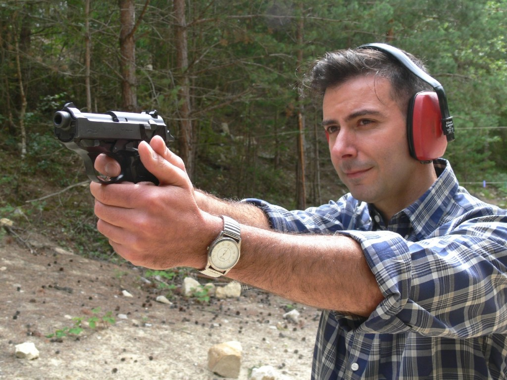 Le Walther P38-K présente un aspect insolite, mais une ergonomie bien adaptée au tir de combat : il pointe vers la cible de façon naturelle et son relèvement est facile à maîtriser.