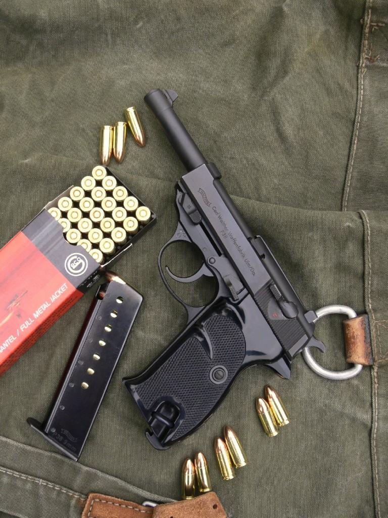 Proche par son architecture du Beretta 92, le Walther P-38 apparaît comme un pistolet semi-automatique dont la vétusté est uniquement trahie par la contenance et le mode de déverrouillage de son chargeur de 8 coups. Le modèle civil se distingue essentiellement des pistolets militaires de la Seconde Guerre mondiale par sa carcasse allégée, réalisée en duralumin et non en acier. De ce fait, il ne pèse que 804 grammes au lieu de 970.