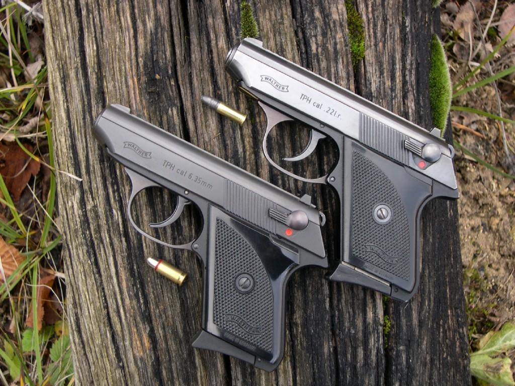 Cette photo comparative permet de constater que le Walther TPH chambré en 6,35 et son homologue en .22 Long Rifle (au-dessus) présentent un aspect strictement identique.