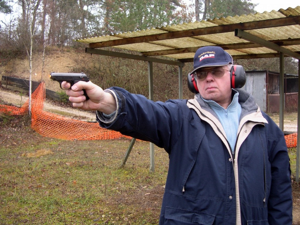 Doté d'une poignée courte mais bien dessinée, d'éléments de visée petits mais rigoureux et d'une détente suffisamment douce en simple action, le pistolet Walther TPH permet d'exploiter convenablement sa précision à l'occasion d'un tir à bras franc. Au tir, le recul et le relèvement sont faibles, que le pistolet soit chambré dans l'un ou l'autre des deux calibres.