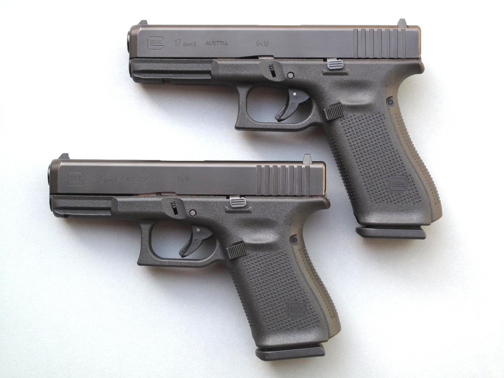 Voici les nouveaux modèles de la firme autrichienne, le Glock 17 Gen5 (au-dessus) et le Glock 19 Gen 5, tous deux chambrés en calibre 9 mm Parabellum.