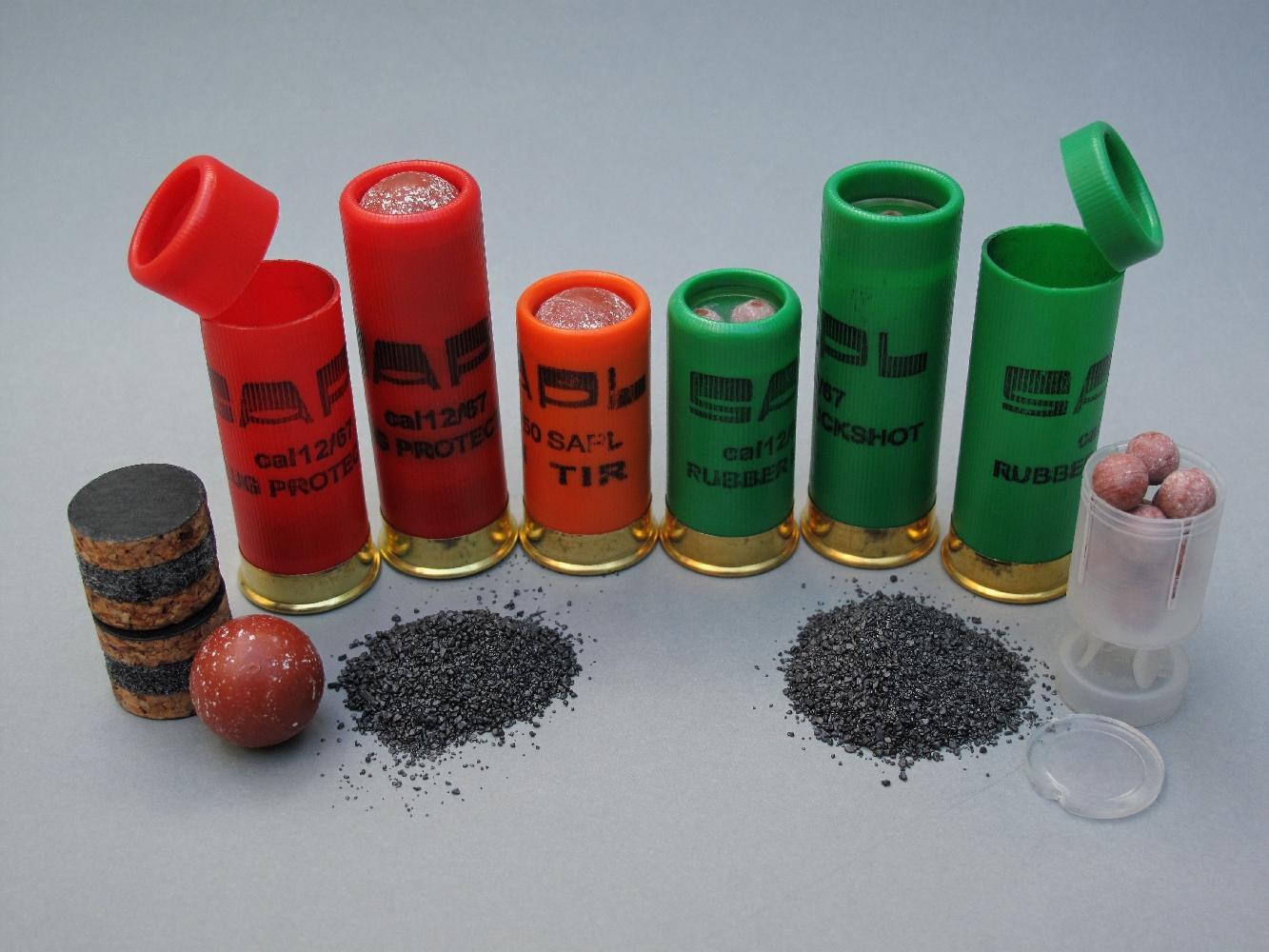 Fabriquées par la maison française SAPL (Société d'Application des Procédés Lefebvre), les cartouches Gomm-Cogne de calibre 12/67, qui peuvent être tirées dans tous les fusils de chasse de calibre 12 et Mini Gomm-Cogne de calibre 12/50, destinées aux pistolets (GC27 et GC54) sont commercialisées chacune en deux versions : balle caoutchouc et chevrotine caoutchouc 12 grains.
