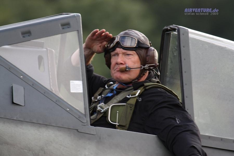 Marc « Léon » Mathis au commandes d'un Focke-Wulf Fw 190. Le 12 juin 2010, il avait miraculeusement survécu à un amerrissage à près de 250 km/h avec cet appareil, quand le moteur de l'avion avait lâché au cours d'une figure de voltige.
