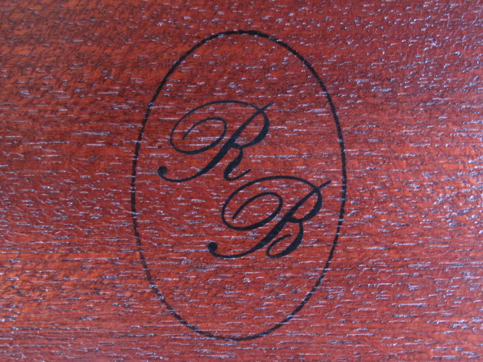 Ce petit cachet, qui était apposé au-dessous de chaque coffret, représentait la signature de cet artisan de talent.
