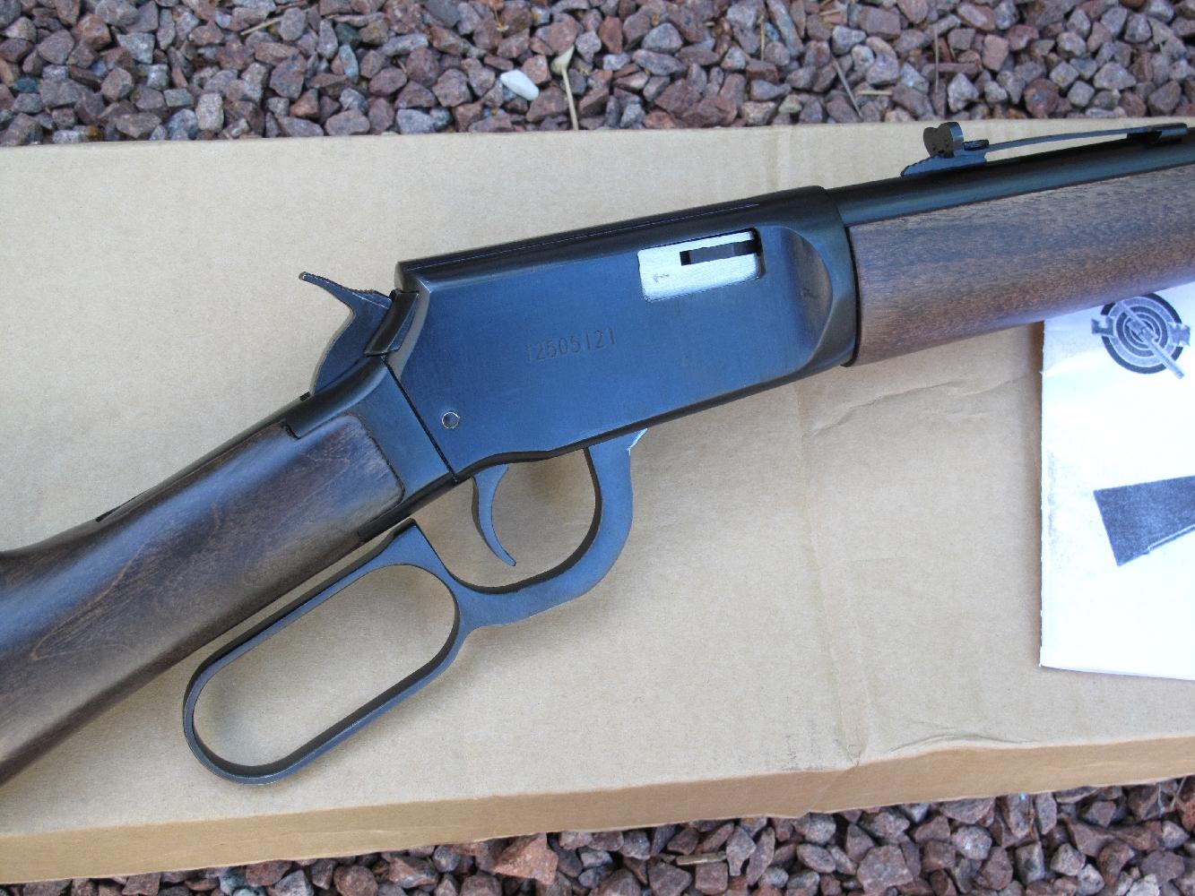 Cette carabine bénéficie d'un robuste boîtier de culasse construit en acier mais elle souffre malheureusement d'une finition rustique et bâclée.