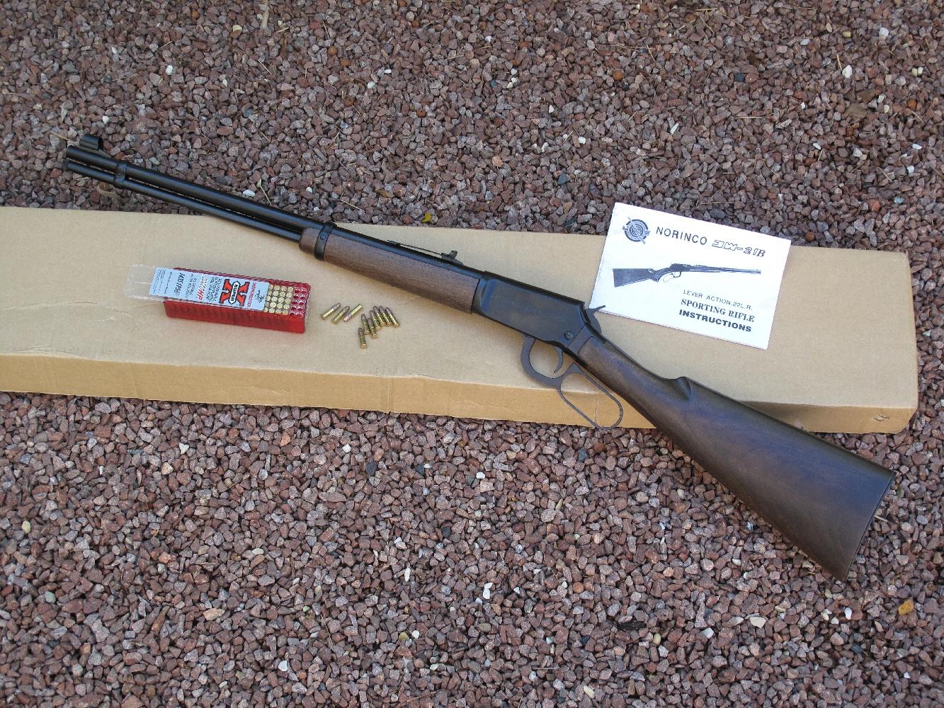 La Norinco JW-21B se présente comme une copie de la Winchester modèle 9422. C'est une carabine à répétition par levier de sous-garde dont le magasin tubulaire accueille 9 cartouches de calibre .22 Long Rifle. Elle bénéficie d'une fabrication « tout acier » et d'un bois vernis qui a bonne allure, mais l'ensemble mériterait un ajustage plus soigné. Un rail de 11 mm, fraisé sur le boîtier de culasse, permet la fixation optionnelle d'une visée optique.