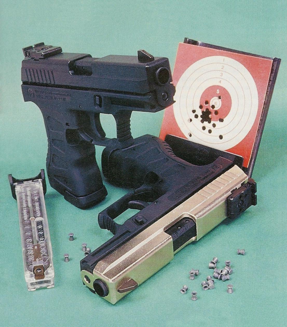 Bien qu'il ne constitue pas la réplique d'un modèle existant, ce pistolet à CO2 présente des caractéristiques équivalentes à celles des pistolets de combat de gros calibre au niveau de l'aspect, du poids, de la prise en mains et des différentes commandes. Il est proposé en deux versions, noire ou bicolore, qui diffèrent uniquement par le traitement extérieur de la glissière.