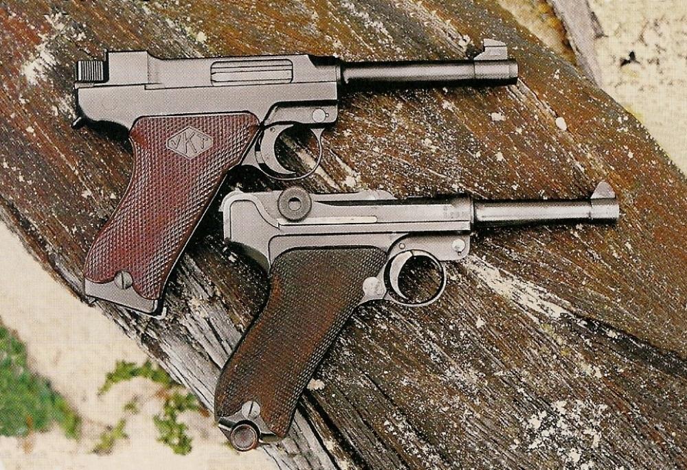 La comparaison entre le Lahti finlandais et le P-08 allemand met en évidence la similitude qui existe entre les deux armes.