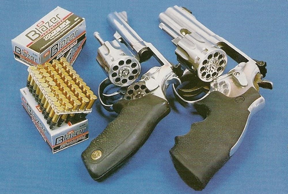 Ces deux revolvers de la nouvelle génération se démarquent par leur fabrication en acier inoxydable et la grande capacité de leur barillet : 9 coups pour le Taurus et 10 pour le S&W.
