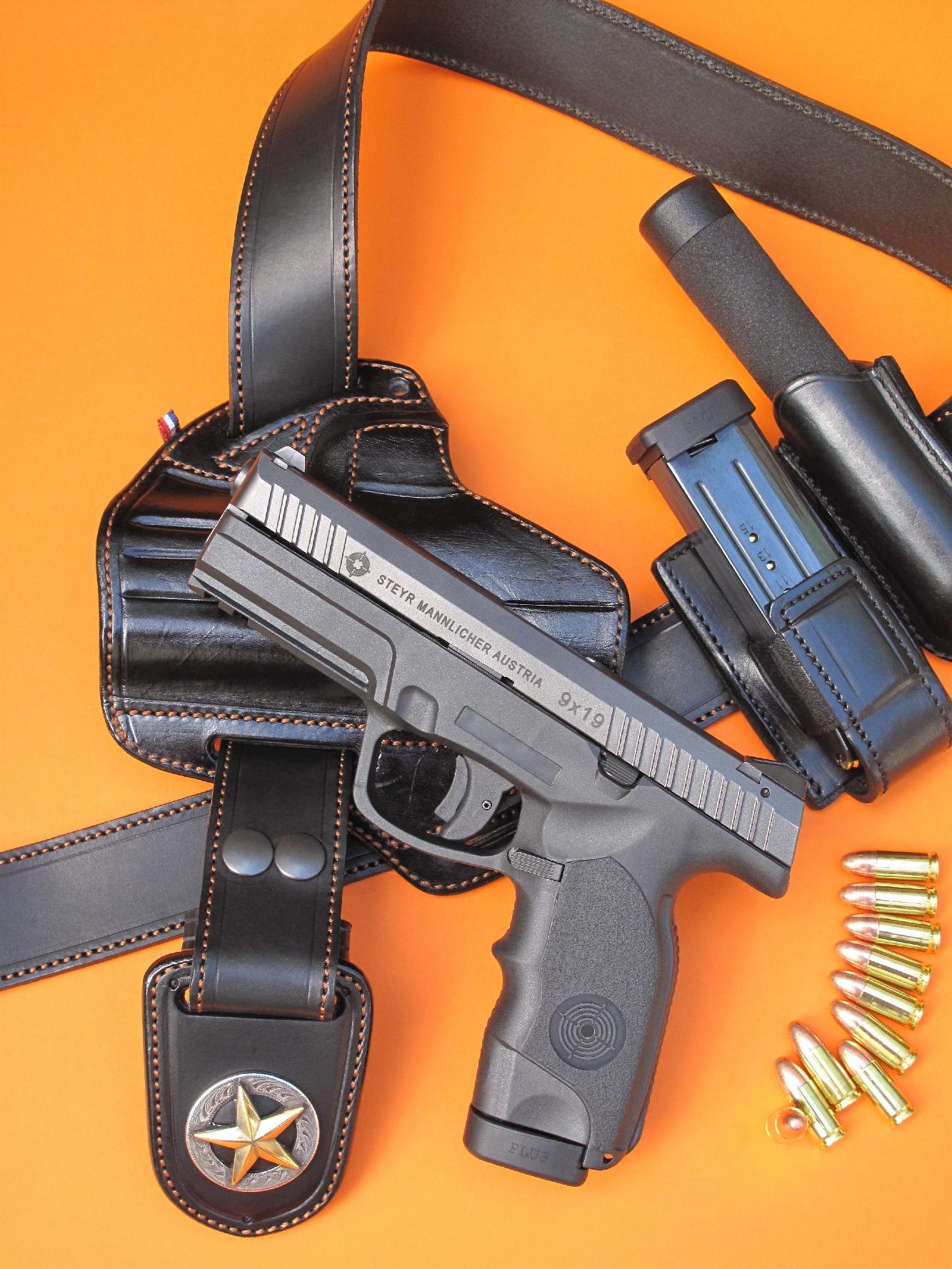 Le pistolet Steyr-Mannlicher L9-A1 est accompagné ici d'un ensemble en cuir réalisé par la Sellerie du Thimerais, comprenant un holster pancake baptisé « Kidney », modèle bivalent pouvant être utilisé en inside grâce à deux pattes de ceinture amovibles, un porte-chargeur et un porte matraque télescopique, le tout réuni sur un ceinturon muni d'une originale boucle rigide, gainée de cuir et décorée de l'étoile du Texas.
