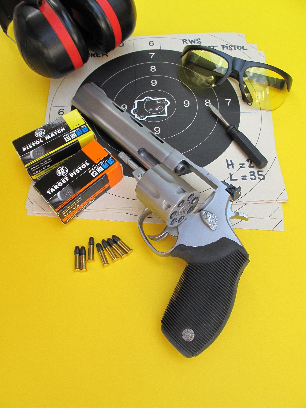 Le Taurus 970 « Tracker », revolver à sept coups de calibre .22 Long Rifle, se démarque par sa fabrication en acier inoxydable massif et par son canon lourd, qui intègre une bande ventilée dans sa partie supérieure et un contrepoids intégral, lequel court tout le long de sa partie inférieure.