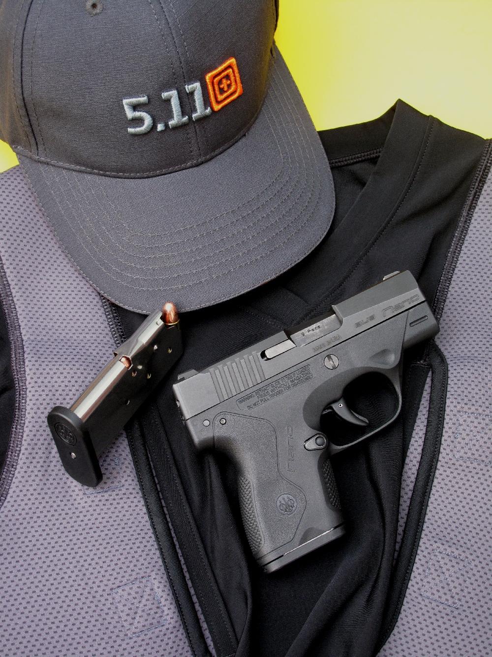 Le Beretta BU9 Nano est accompagné ici d'un « holster shirt » de la firme américaine 5.11, un accessoire tactique qui autorise le port de ce pistolet ultra-compact dans des conditions de confort et de discrétion tout à fait remarquables.