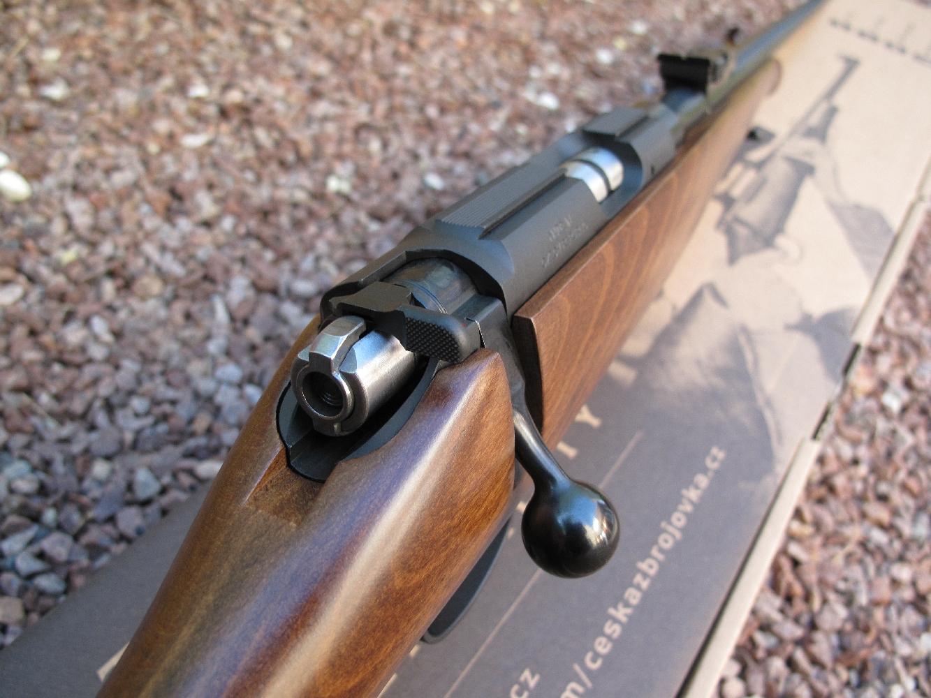Légère et maniable, dotée d'éléments de visée mécaniques d'excellente qualité, la carabine CZ 452 présente une élégante silhouette de carabine de chasse et bénéficie d'un prix de vente modéré.
