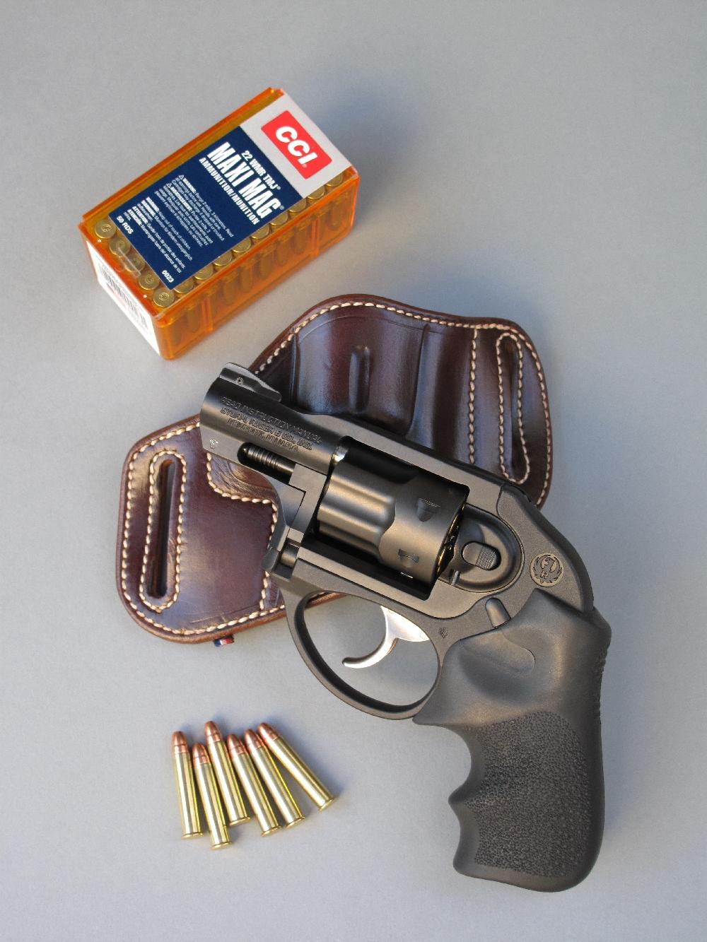 Le revolver Ruger LCR, accompagné d'un holster de stand en cuir (La Sellerie du Thymerais) et d'une boîte de cartouches « MAXI MAG » de calibre .22 Magnum manufacturées par la firme américaine CCI.