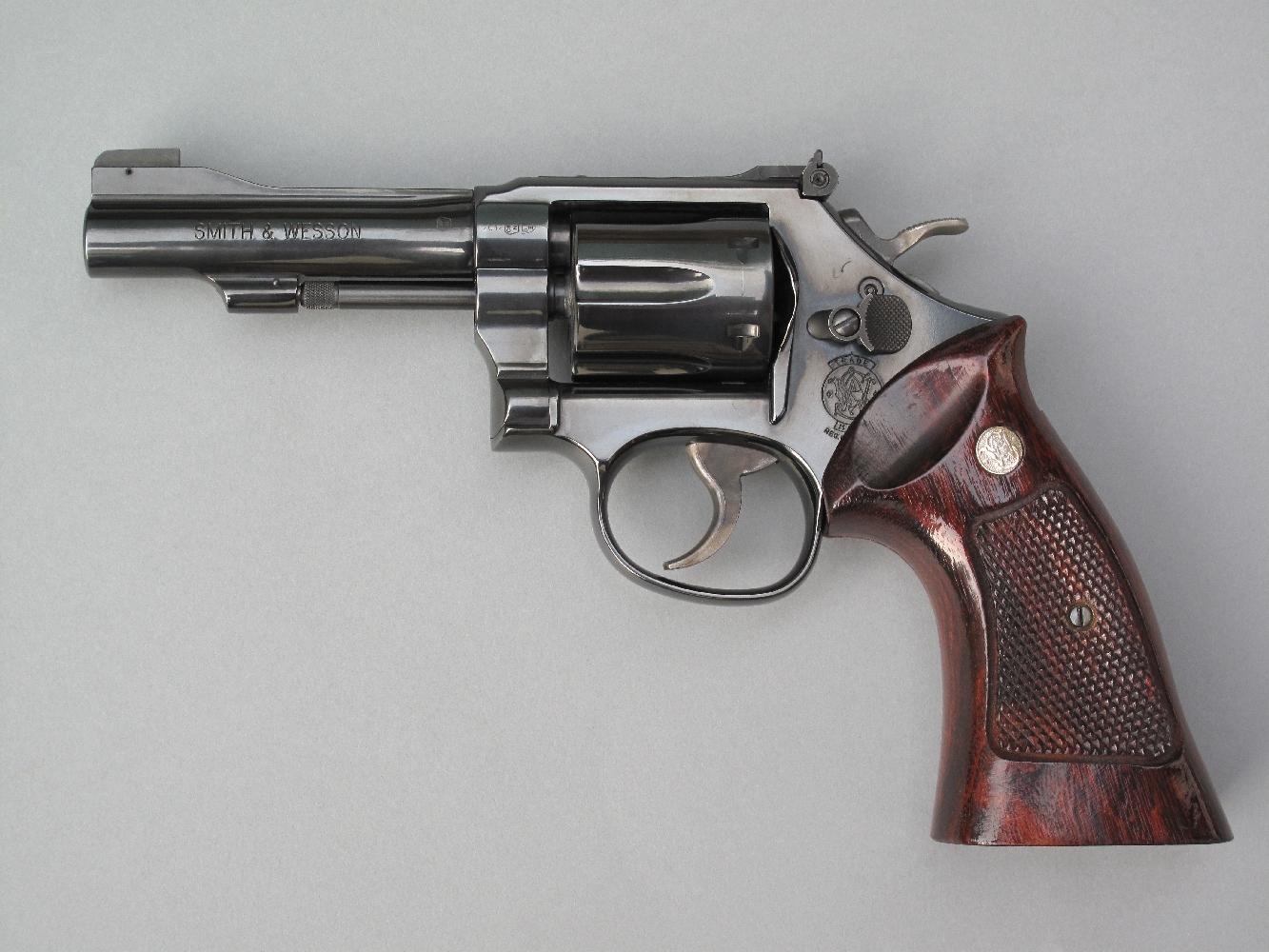 Ces plaquettes enveloppantes K/L, que Smith & Wesson destine aux revolvers à carcasses K ou L, réalisées en Gonçalo Alves, un bois exotique veiné de couleur brun-rouge, procurent à ce petit revolver de calibre .22 LR l'aspect du modèle 29 (calibre .44 Magnum) cher à « Harry Callahan » (Clint Eastwood).