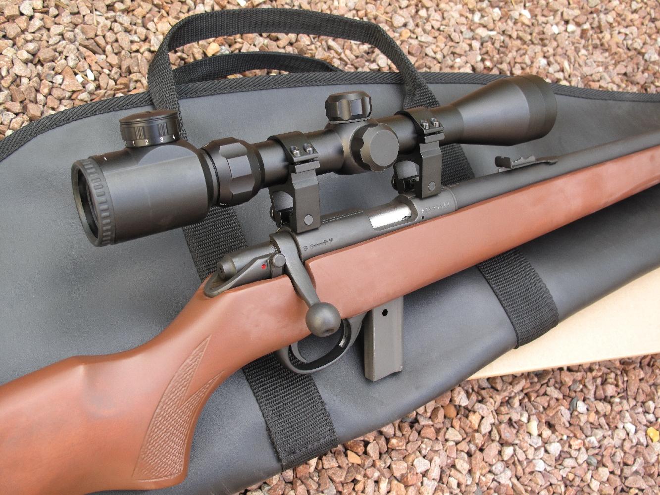 Moyennant un supplément relativement modique (76 euros pour être précis), la carabine Armscor 1400 peut être livrée accompagnée d'une housse de transport, d'un modérateur de son SAPL Still n°3 et d'une lunette Unifrance Lynx 3-9 – 40 à croisillon lumineux, fixée au moyen de griffes en aluminium permettant de conserver la vision de ses éléments de visée mécaniques.