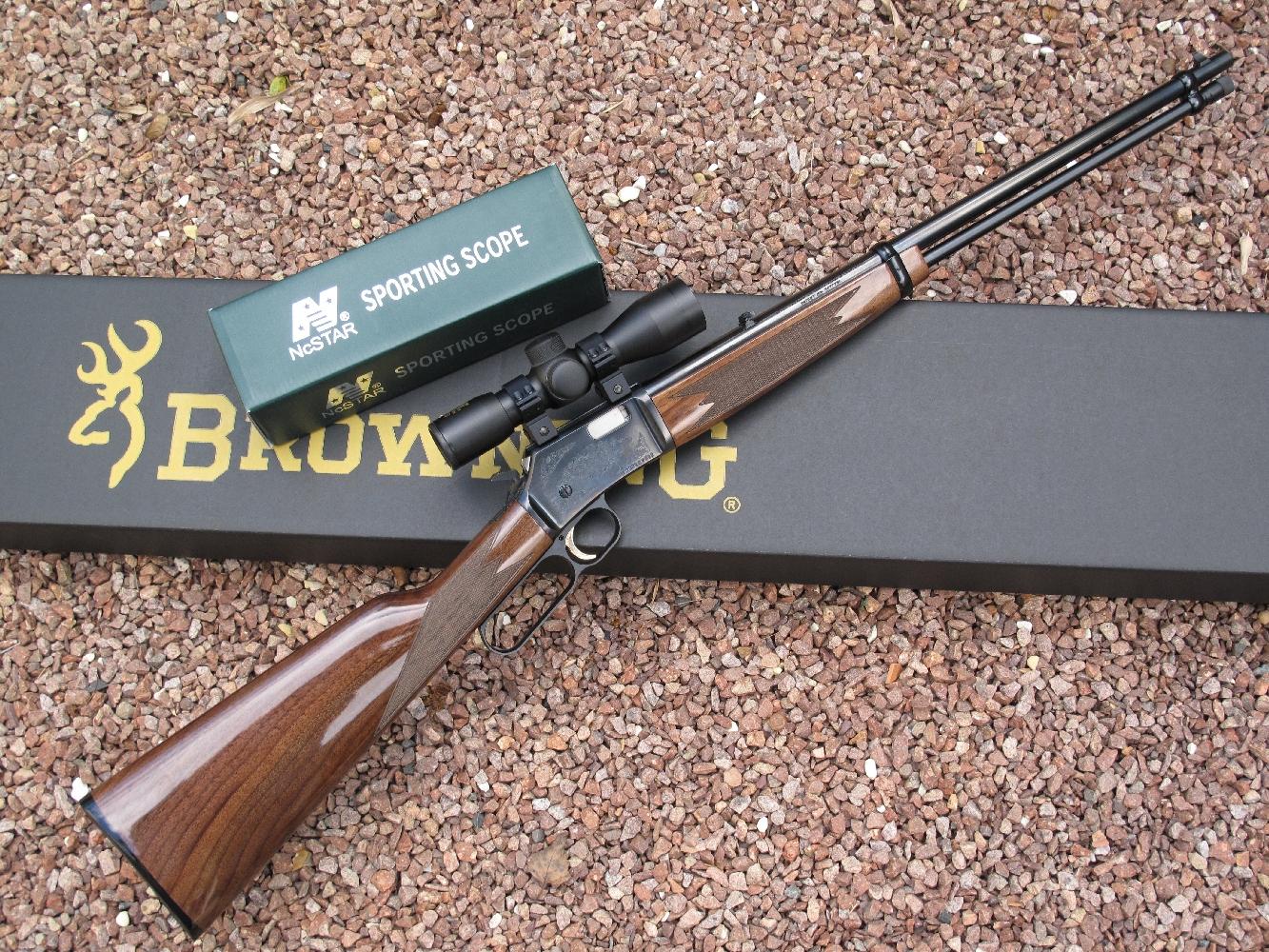 Pour nos tests de précision à 50 m, nous avons équipé cette très belle carabine Browning BL-22 d'une lunette compacte 4 x 30 Sporting réalisée par la firme californienne New Century NcStar.
